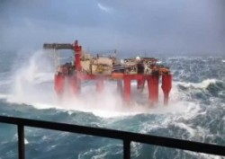 What happens when a huge wave meets an oil rig