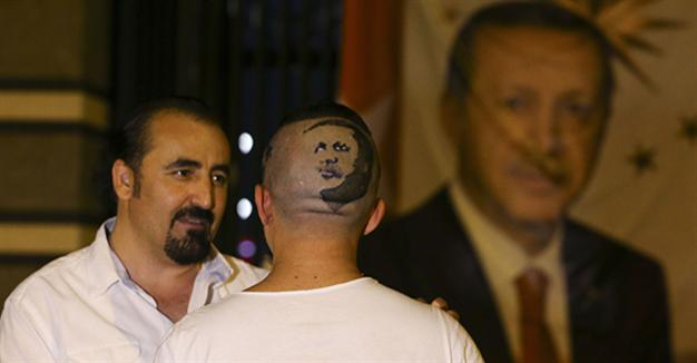 Guinness record-holding barber shaves Erdoğan's portrait into assistant's hair – LOCAL