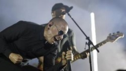 Chester Bennington: Linkin Park vocalist 'took his own life' – BBC News