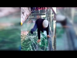 Tourist terrified by new glass walkway that cracks under weight – YouTube