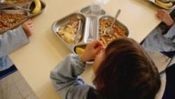 Child poverty: Pale and hungry pupils 'fill pockets with school food' – BBC News