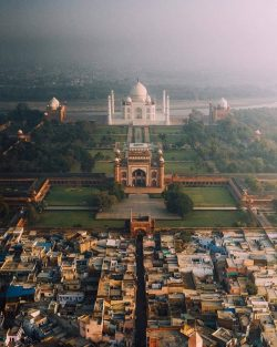 The truth behind the Taj Mahal showing the vast poverty gap