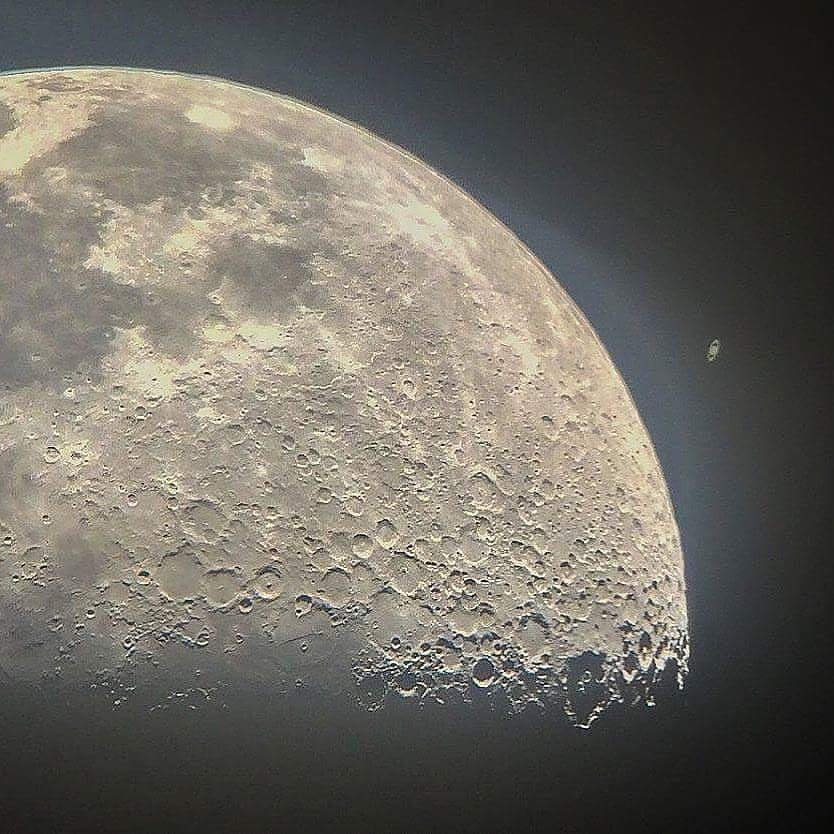Stunning views of the Moon and Saturn, 1.2 billion kilometers from each other